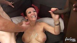 Tara mature qui aime le sexe s'amuse avec quatre jeunes bites