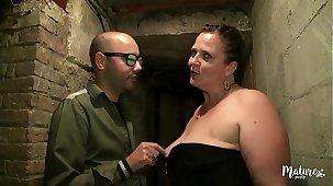 Véronique, grosse salope, fait un gang-bang dans sa cave