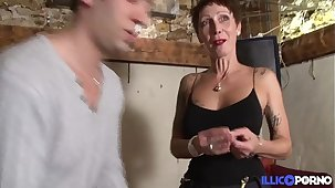 Jolie cougar cherche un bijou et trouve une pulchritude bite [Full Vidéo]