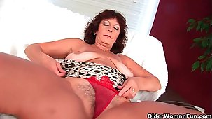 Leader senior lady Alma rubs her queasy cunt with her fingers