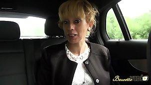 Zhelia cougar blonde enculée sur le chemin des vacances