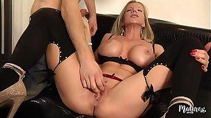Lara, adult sexy aux gros seins enculée par un jeune